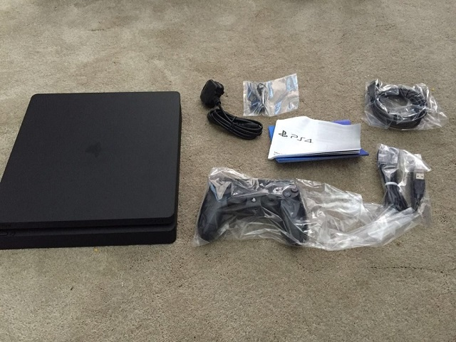 PS4 Slim unboxed
